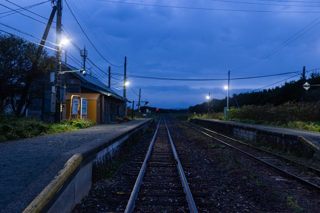 曇り空の下、黎明を迎えた抜海駅