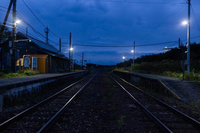 明かりの灯る駅は、まだ、眠りの中にある