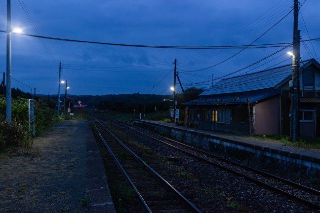 黎明の静けさの中で旅情駅の姿を眺める