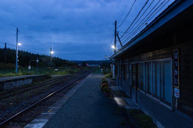 夜露に濡れる抜海駅舎とホーム