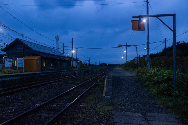 明けゆく抜海駅で稚内方を眺める