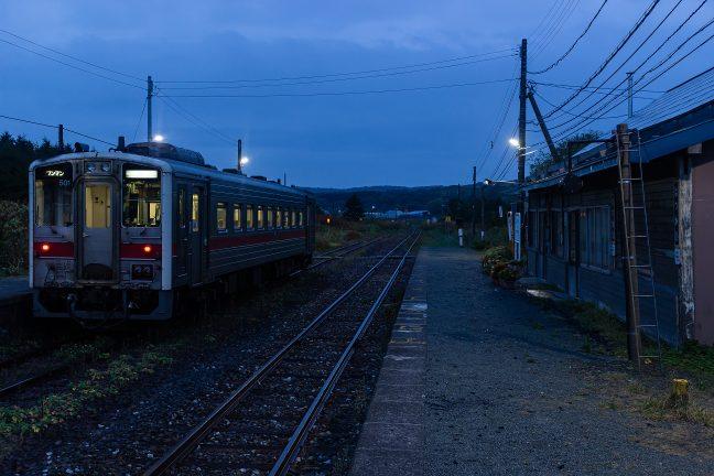 抜海駅を出発する始発の後ろ姿を見送る