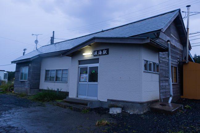 小雨が降り出した早朝の抜海駅舎