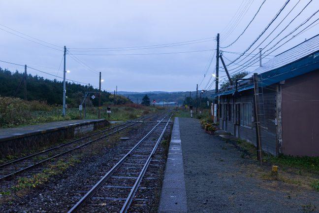 快晴の昨日とは打って変わって雨に濡れる抜海駅
