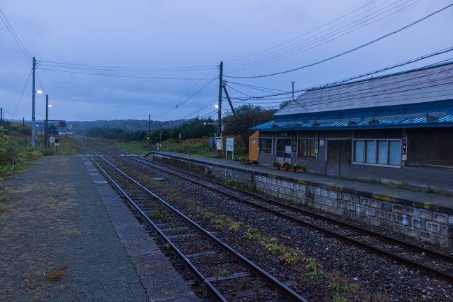 北の原野の無人駅らしい抜海駅の情景