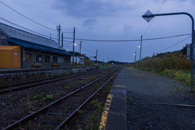 出発の時刻を控えて、旅情駅・抜海の一夜を思いながらホームを散策する