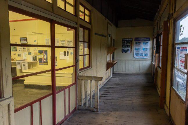 冬季に保線詰所として使われるため、駅事務室側も小綺麗に清掃されている