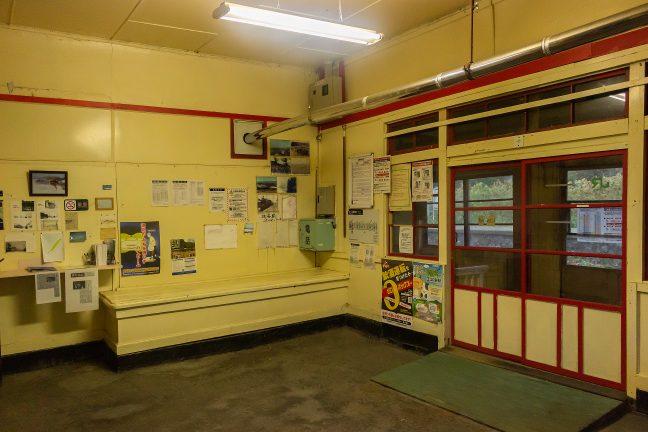 抜海駅舎内部の待合室の様子