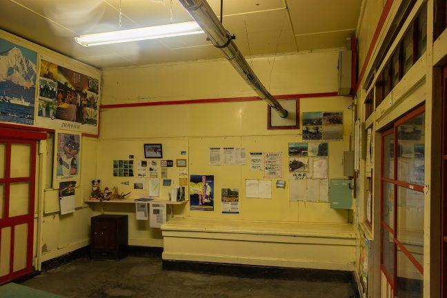 かつての出札窓口や荷物受けの跡が残る待合室内