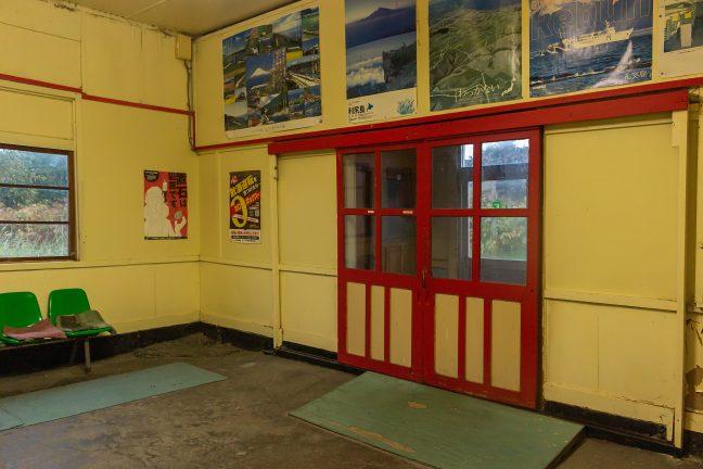 待合室と駅舎入口との間にも雪切り室がある