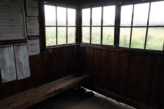 隙間だらけの木造待合室だが、ほっと落ち着く雰囲気が好ましい