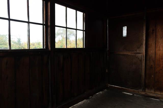 入り口の扉も木製の古びた引き違い戸になっている