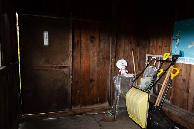 駅の管理用の備品が待合室の一角に整理されていた