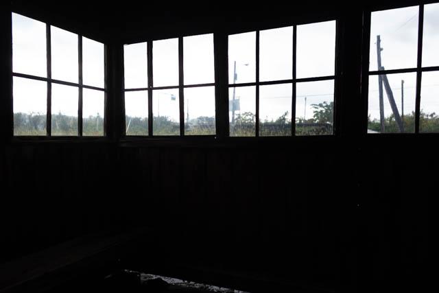 窓越しに眺める北星駅のホーム