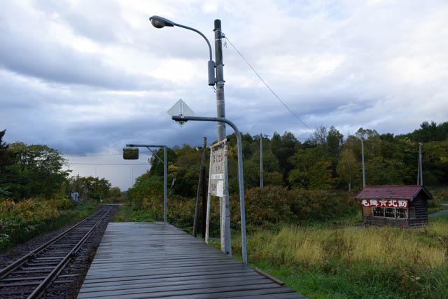 束の間の訪問者も立ち去り、独り駅に残る