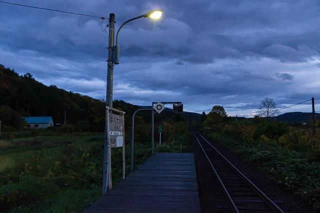 暮れなずむ北星駅に明かりが灯る