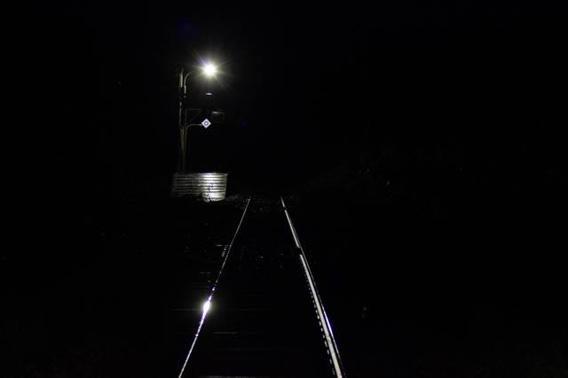 すっかり暮れた夜の底に、明かりに照らされた北星駅が浮かび上がる