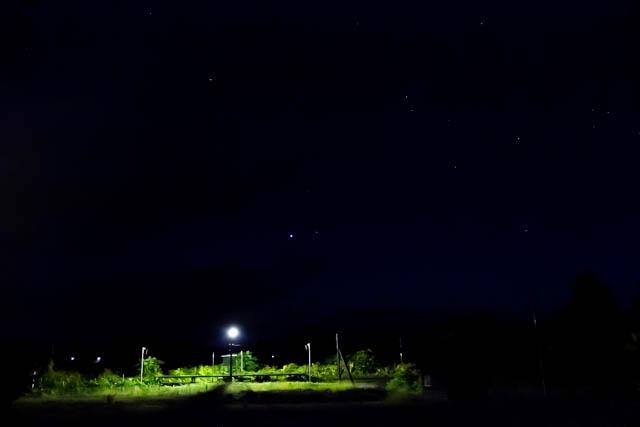 星が瞬く晴れ間の下で、静かに佇む旅情駅の情景