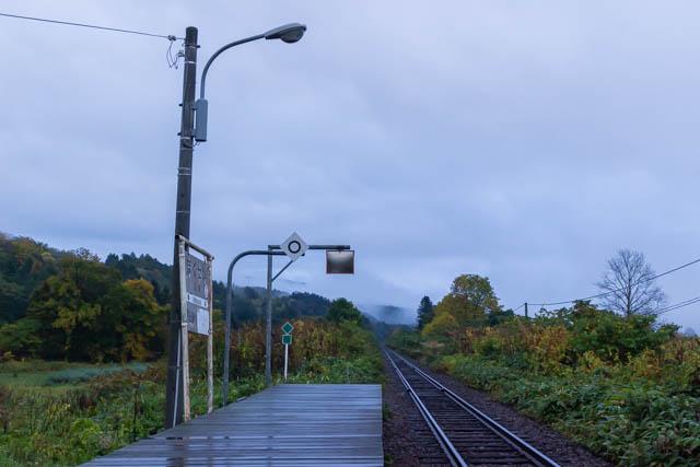 生憎の天候の中、北星駅のホームに立つ最後の一時