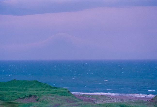 稚内からの帰路、再び利尻水道を望むが、雲の形で島影を想像するだけだった