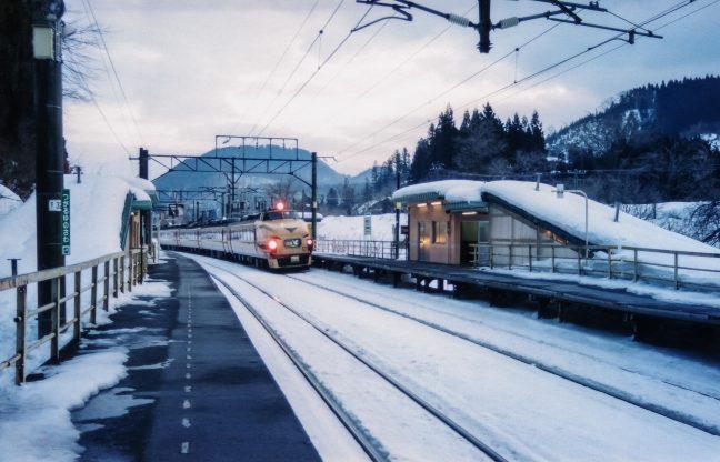 大阪に向けた長旅の途に出る特急「白鳥」が、早朝の津軽湯の沢駅を通過する