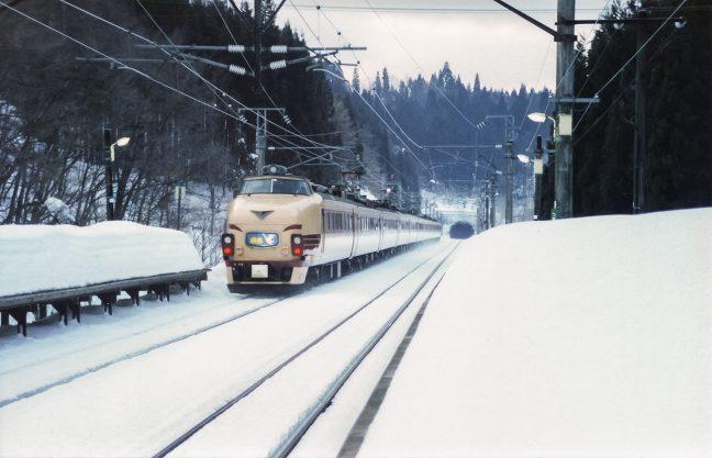 矢立峠のトンネルに向けて疾走する特急「白鳥」を見送る