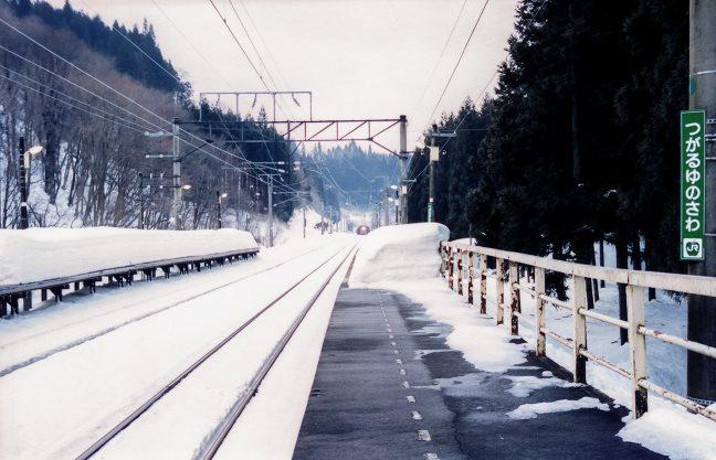 矢立峠のトンネルを越えた普通列車のヘッドライトが近付いてきた