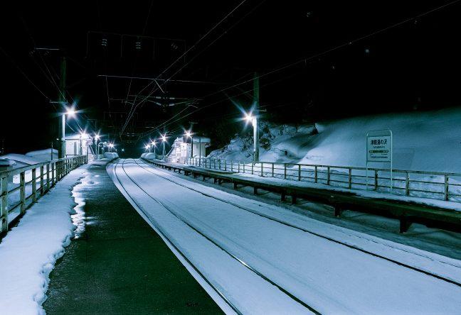 近くの沢の音しか聞こえない津軽湯の沢駅のホームでしばし佇む