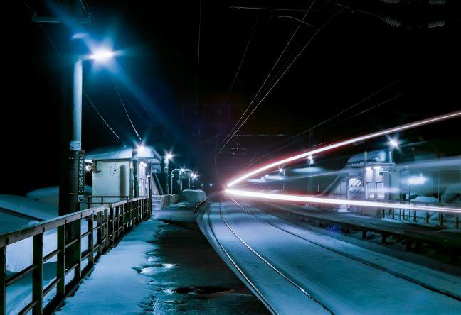 訪れる者も居ない津軽湯の沢駅を、通過列車の光陰が駆け抜けていく