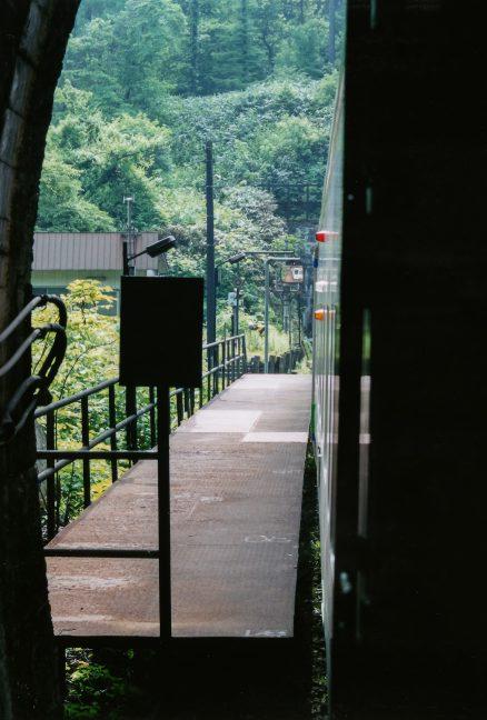 車両の後端はトンネルの中にある