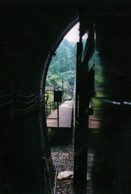 停車中の普通列車の最後尾から撮影した小幌駅