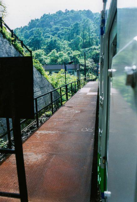 小幌駅を出発する普通列車から眺めたホームと保線詰所