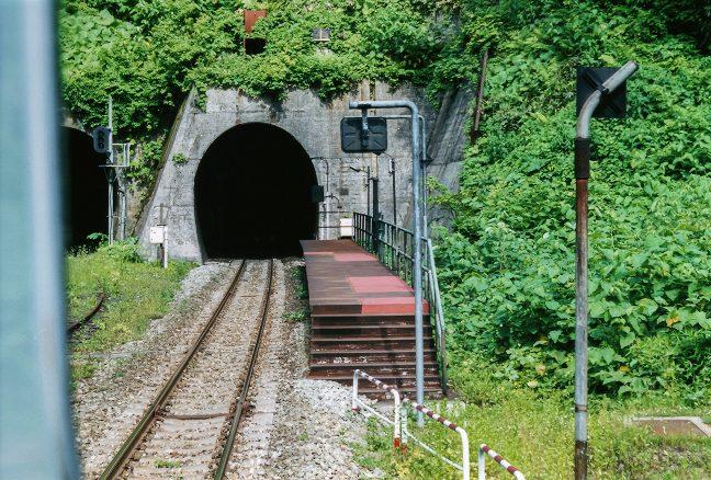 出発後、去りゆく小幌駅と新礼文華山トンネル