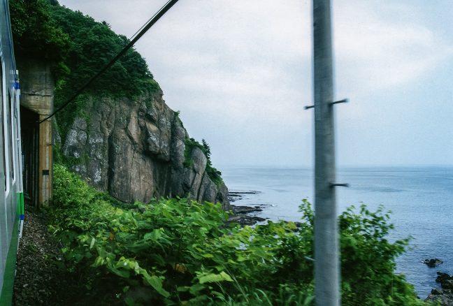 トンネルが連続する小幌駅~静狩駅間の車窓で所々見える噴火湾の眺め