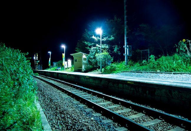 駅の近くには住宅も点在しているが、夜は訪れる人もなく静かだ