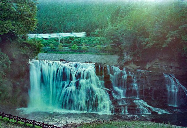 駅名の由来ともなった龍門の滝のすぐ上を行く、烏山線の普通列車