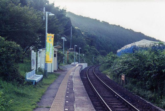 駅前野宿の一夜を明かし、ホームの上で列車の到着を待つ
