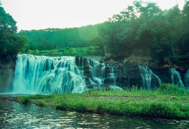 広い川床から流れ落ちる龍門の滝