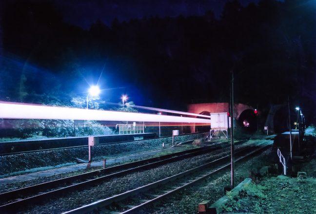 通過列車が轟音とともに光陰となって駆け抜けていく