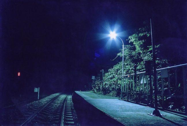灯りが照らす仮乗降場起源の短いホーム
