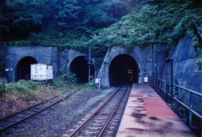 トンネル内から轟音とともにやってきた普通列車で駅を後にした