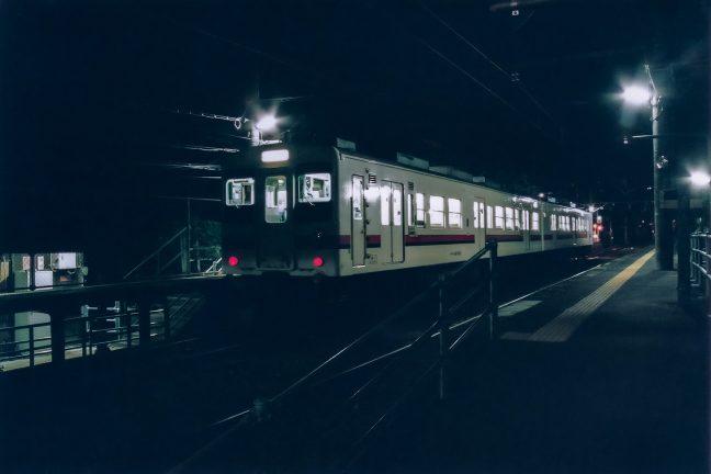 無人境にも律儀に停車する飯田線の下り普通列車を見送る