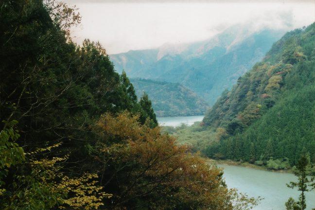 高瀬ダム付近の廃道から佐久間ダム湖となった天竜川を見下ろす