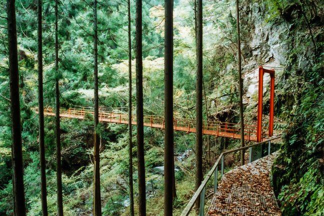 小和田駅から最寄りの塩沢集落に通じる山道にある吊橋