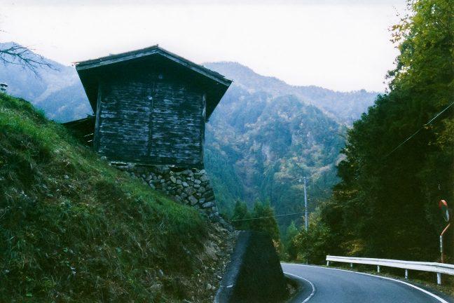 急傾斜地に僅かな耕地と農業用の納屋が点在する塩沢集落