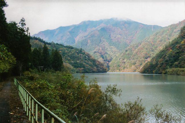 佐久間ダム湖岸の道を小和田駅に向かう