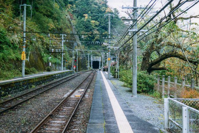 小和田駅下り線ホームから豊橋方面には、トンネルの手前、右手に引込線も分岐している