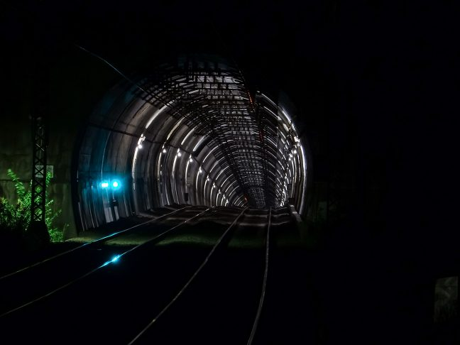 西青山駅からは、印象的な青山トンネルの坑口が見える