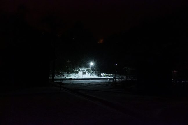ホーム背後の山腹には国道の照明が見える