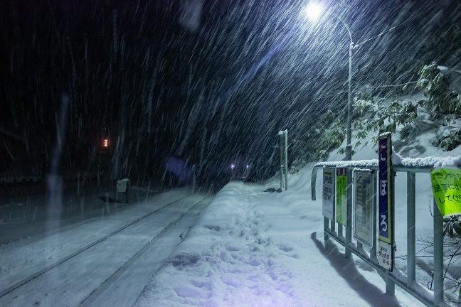 降りしきる雪の中、ホームには自分の足跡だけが残る